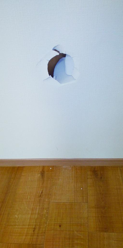 壁の穴あき