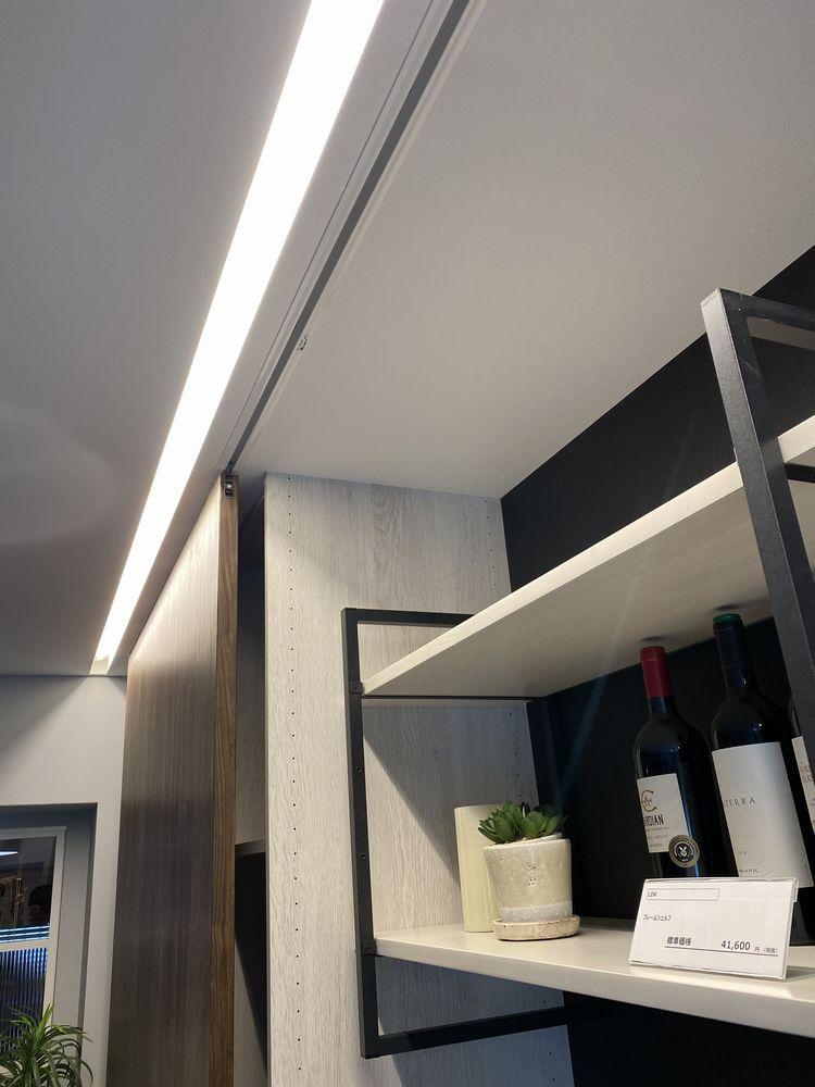 リビング収納上部に 建築化照明を仕込んでます。