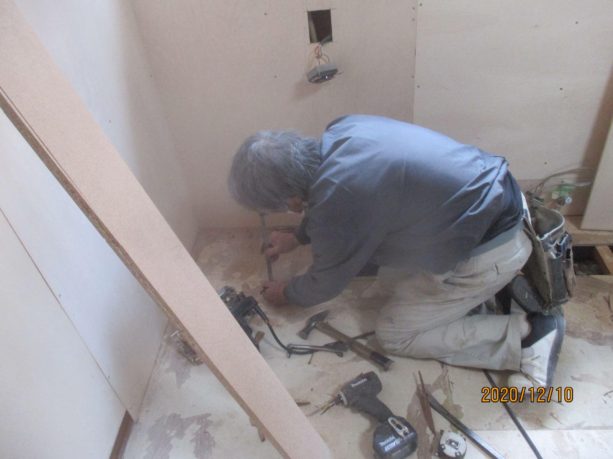 キッチン床貼替施工中